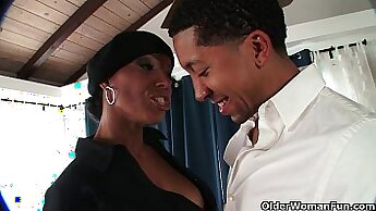 Black MILF gets cumshot in the mouth