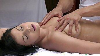 관능적인 섹스 포르노물 - Candid: Young Maids Massage Ass